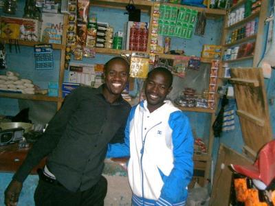20.12.2013 - Abdou et son inséparable Abdoulaye, dans leur boutique