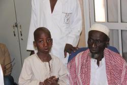 Ibrahim et son père en consultation à Bamako