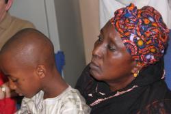 Oumar et sa grand-mère en consultation à Bamako